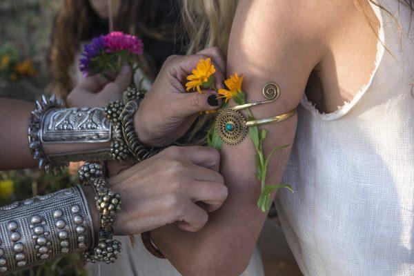 Blumenschmuck auf Armen